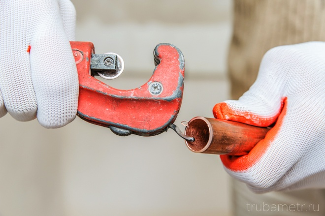 снятие мастером фаски на медной трубе
