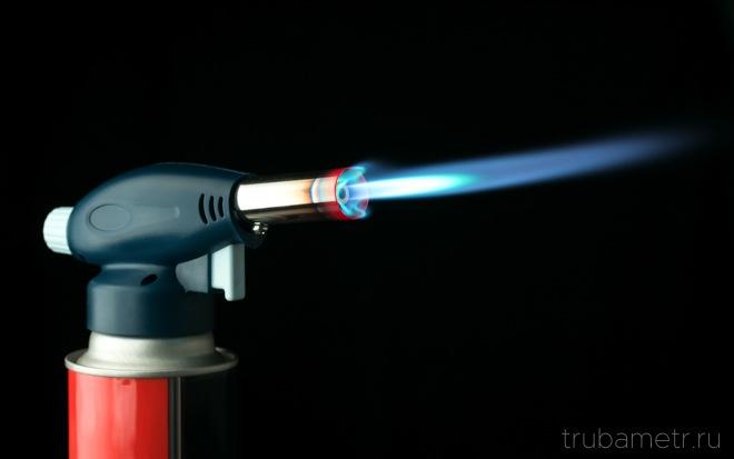 газовая горелка на чёрном фоне