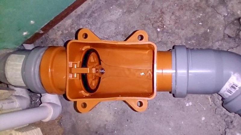 Обратный клапан с открытой крышкой корпуса