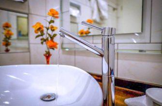 Смеситель с раковиной в ванной комнате
