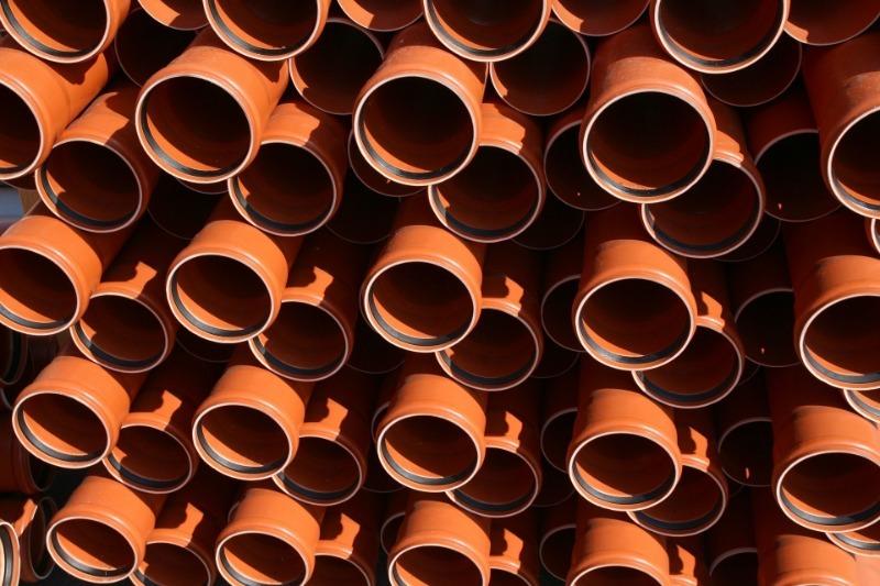 Оранжевые трубы на складе