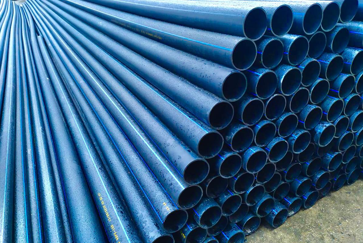 Пластиковые трубы на складе